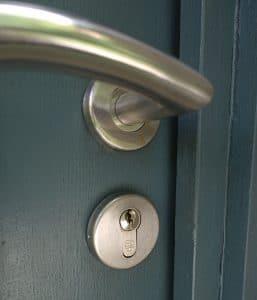 Quelles solutions pour ouvrir une porte claqu e a brico for Ouvrir une porte claquee