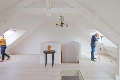 Couple dans pièce sous les toits